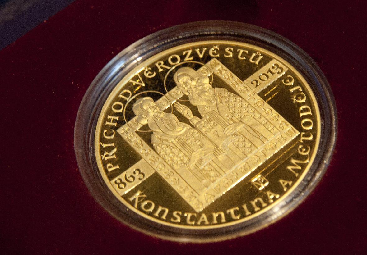 ČNB představila zlatou pamětní minci k výročí 1150 let od příchodu slovanských věrozvěstů