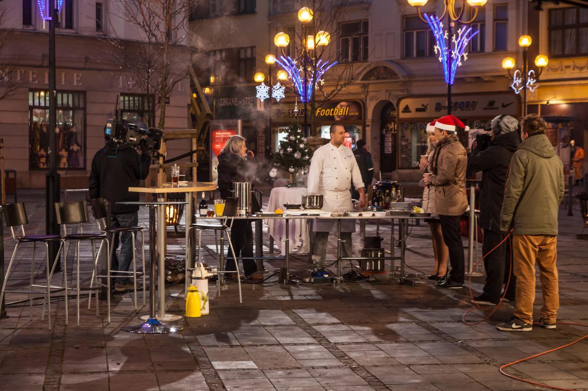 I když vysíláme z náměstí, je brzké ráno a je zima, vaření v přímém přenosu si nenecháme ujít…