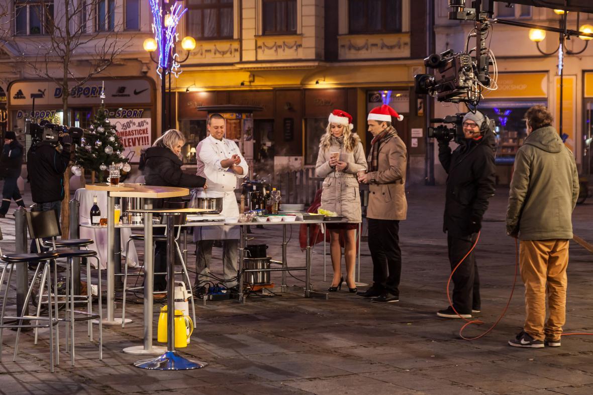 Kameraman Jakub Fabian se těší na teplý nápoj…