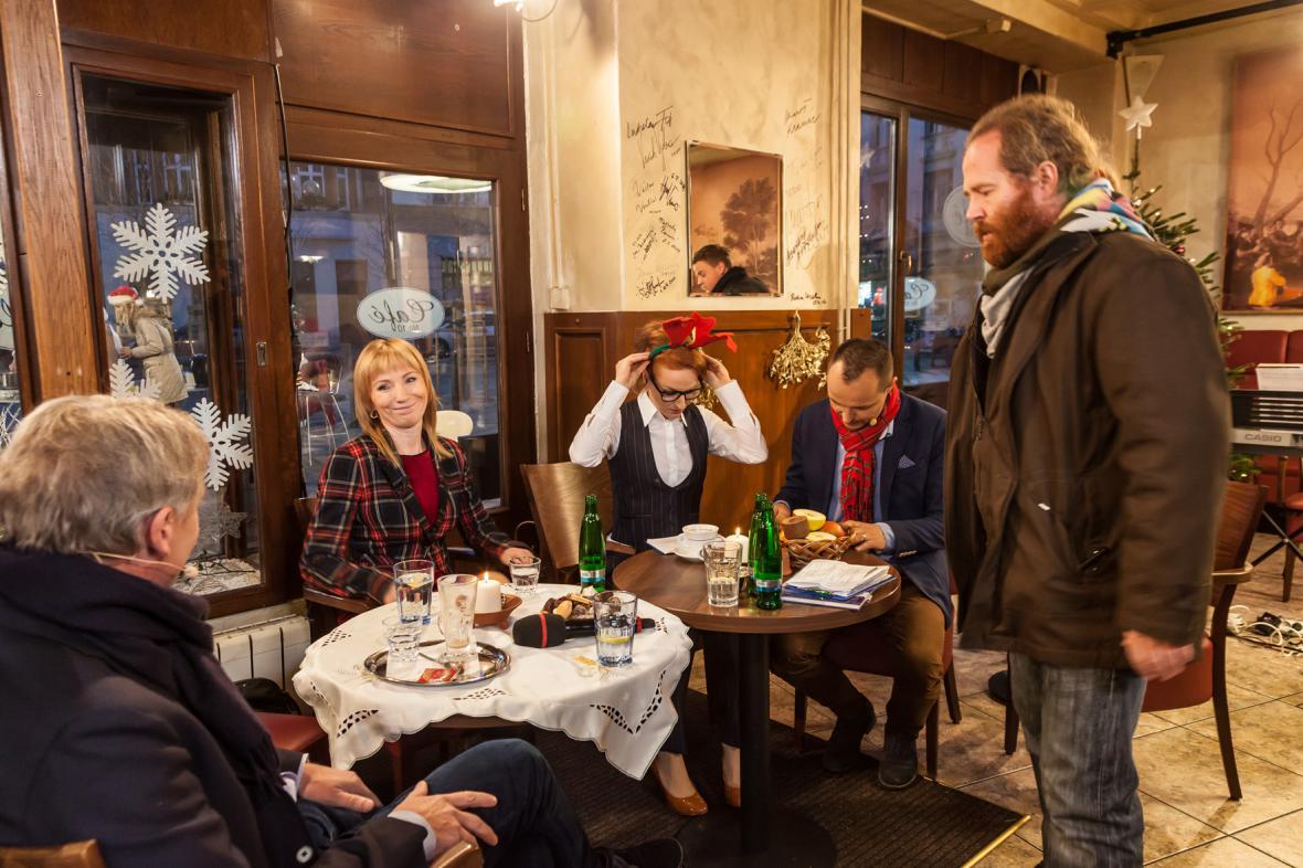 Hosté a moderátoři na svůj výstup čekají v kavárně. Nad čím asi přemýšlí hlavní kameraman Petr Kožušník?