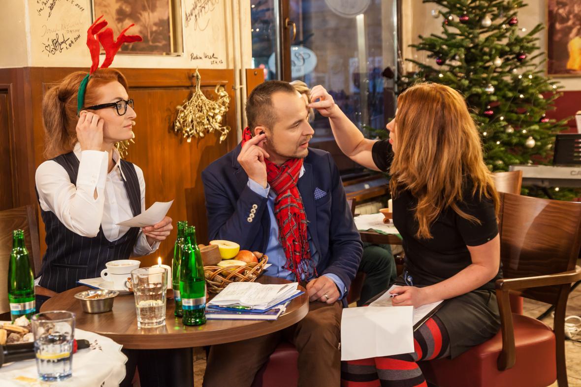 Asistentka Klára dohlíží na vše! Že by se Petru Rajchertovi rozmazal make up?