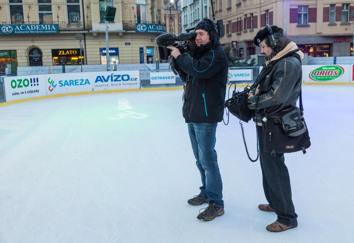 Kameraman Tomáš Nikel a zvukař Rostislav Kunetek na ledě, ale bez bruslí…