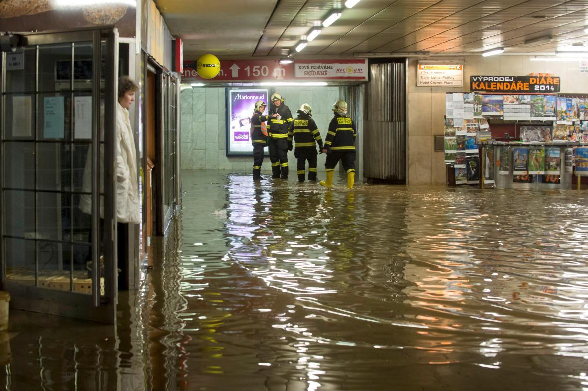 Prasklé potrubí ve stanici Dejvická