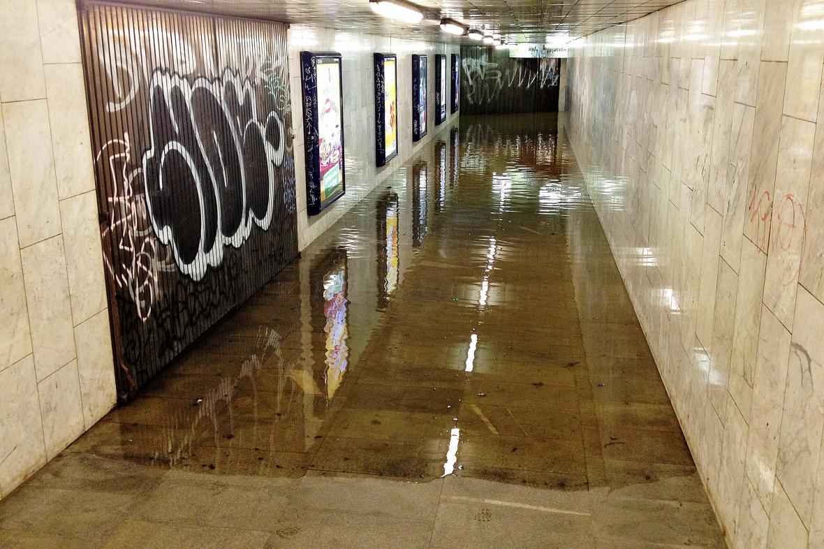 Stanice Dejvická je zalitá vodou