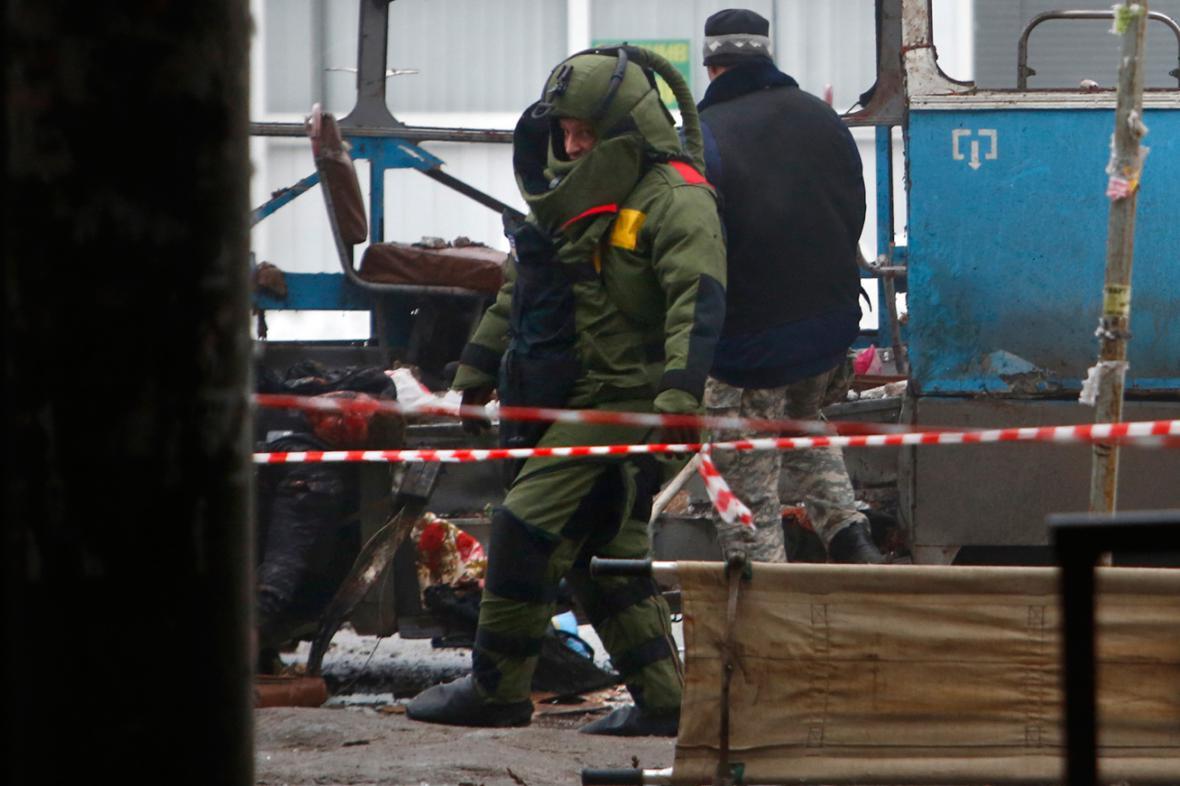 Pyrotechnici prohledávají vrak trolejbusu ve Volgogradě