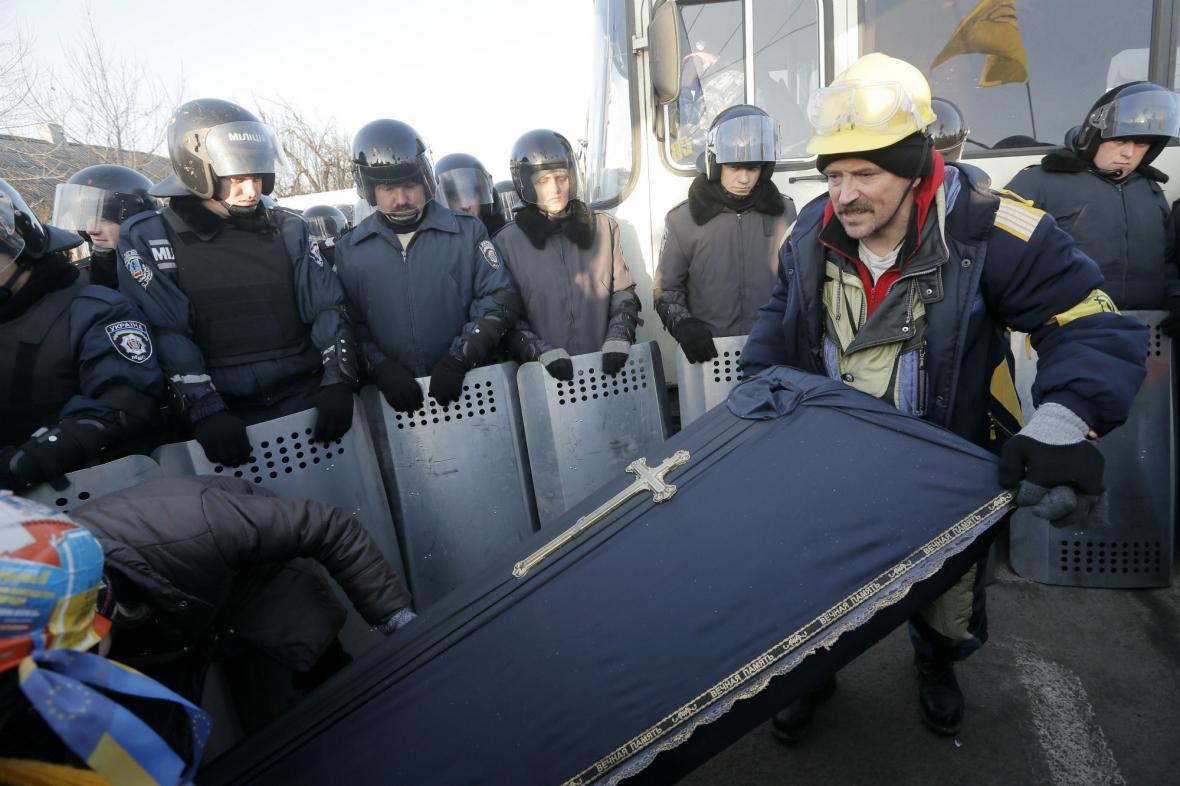 Ukrajinští demonstranti přinesli do centra Kyjeva rakev pro současný režim