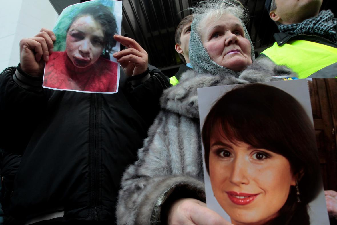 Demonstrace na podporu zbité novinářky