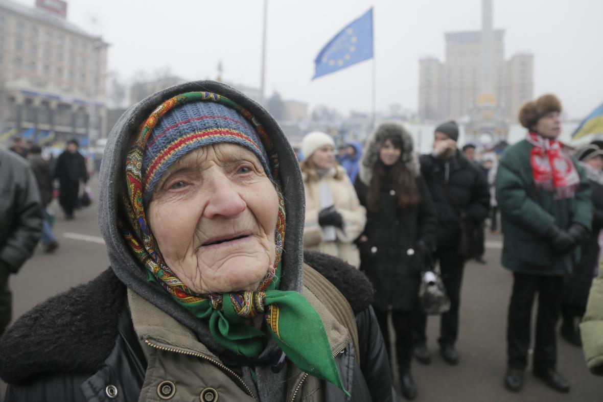 Proevropská aktivistka Maria Linnik (100) na kyjevském náměstí Nezávislosti