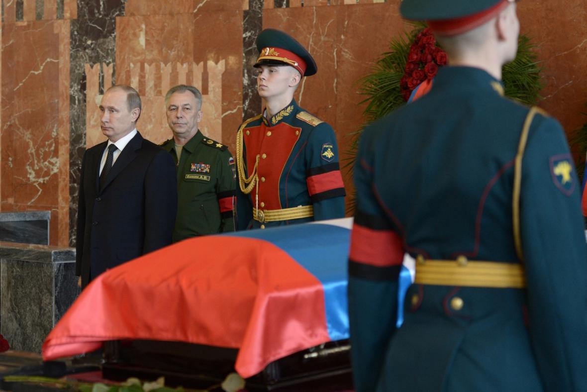 Vladimir Putin na pohřbu Michaila Kalašnikova