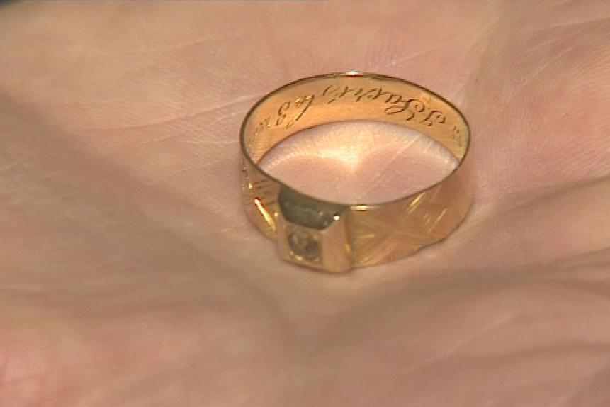 Na dně štoly našli prsten z 19. století
