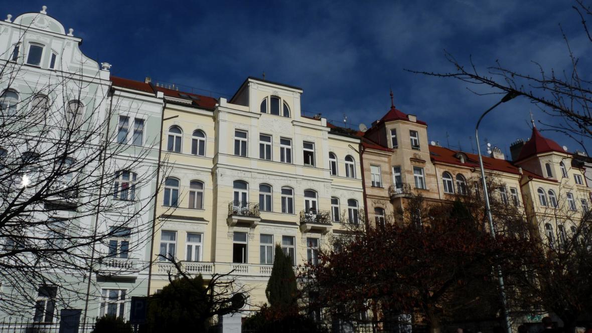 Původní činžovní domy v Dykově ulici