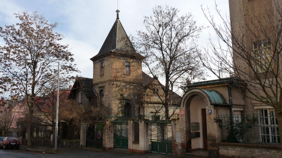 Hradešínská ulice - jedna z vil a vchod do Kotěrovy vily