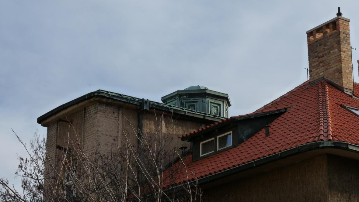 Hradešínská ulice - střechy Kotěrovy vily