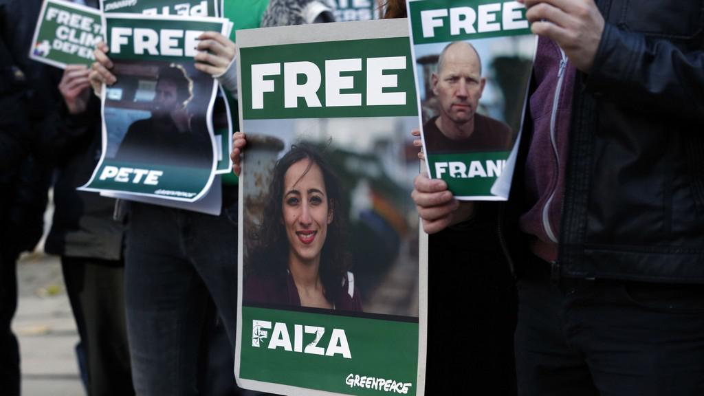 Protest za propuštění aktivistů Greenpeace