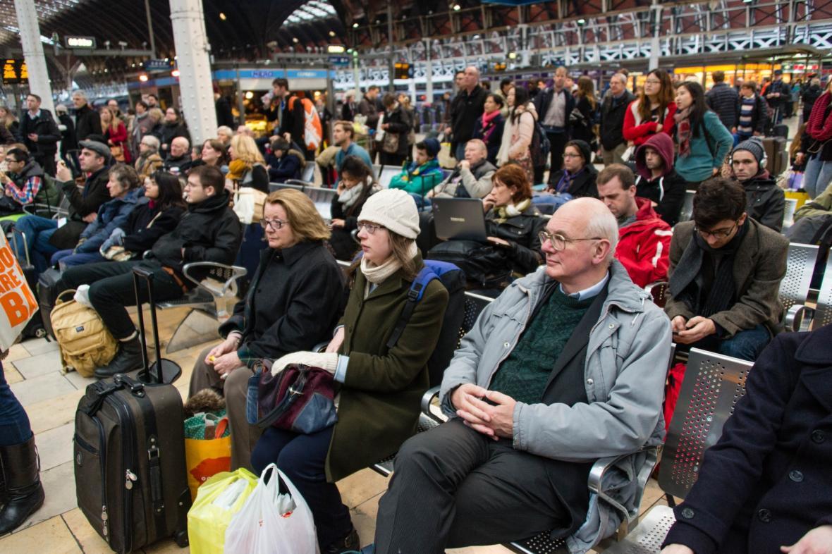 Lidé čekají na zpožděné vlaky na Paddingtonském nádraží v Londýně