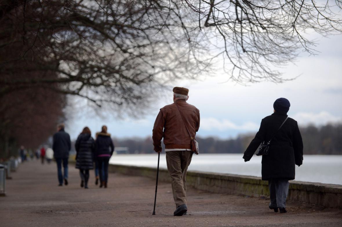 Procházka po břehu jezera Maschsee v Hannoveru