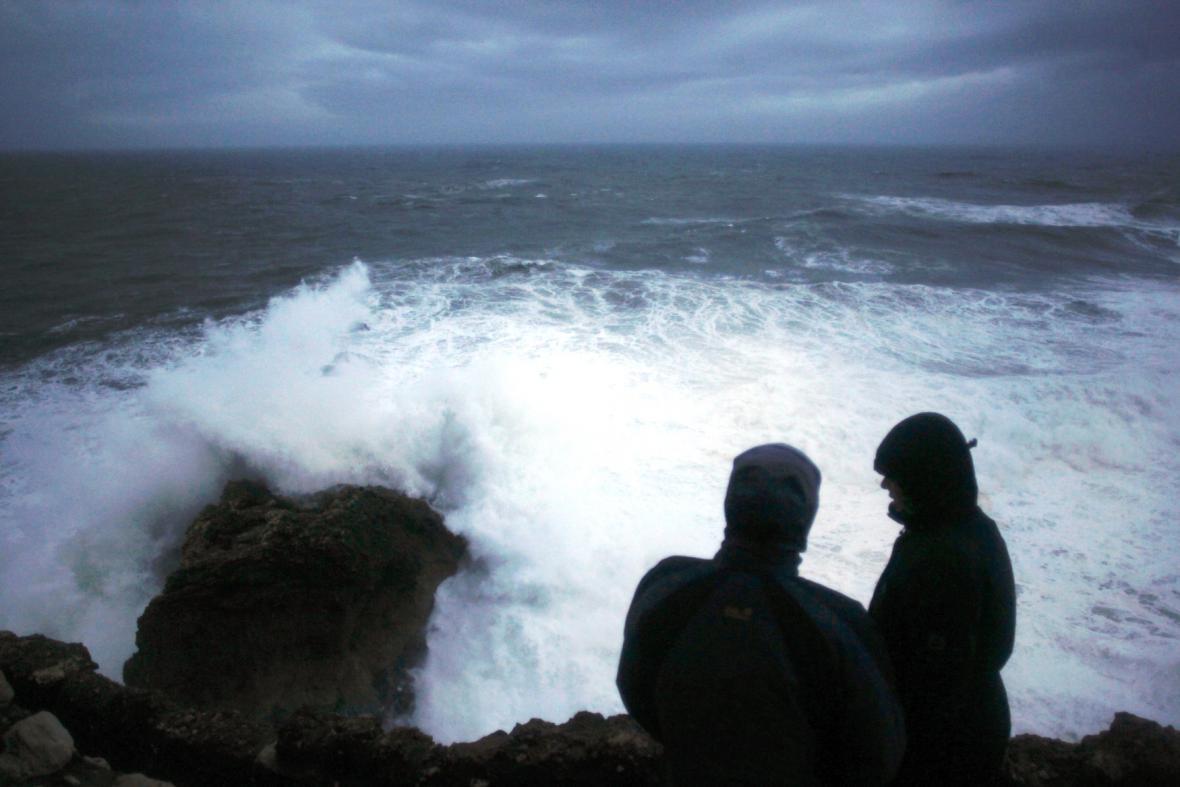 Vlnobití v Nazare na portugalském pobřeží