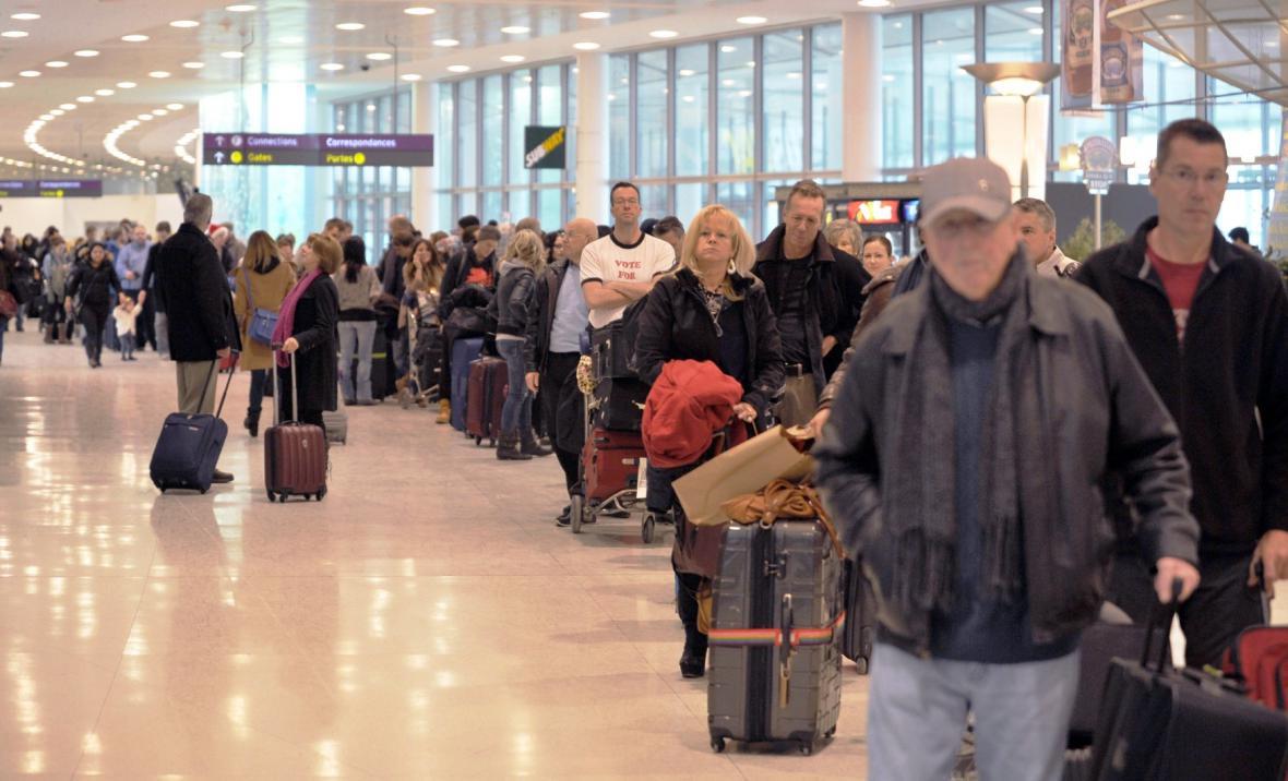 Cestující čekají na letišti v Torontu