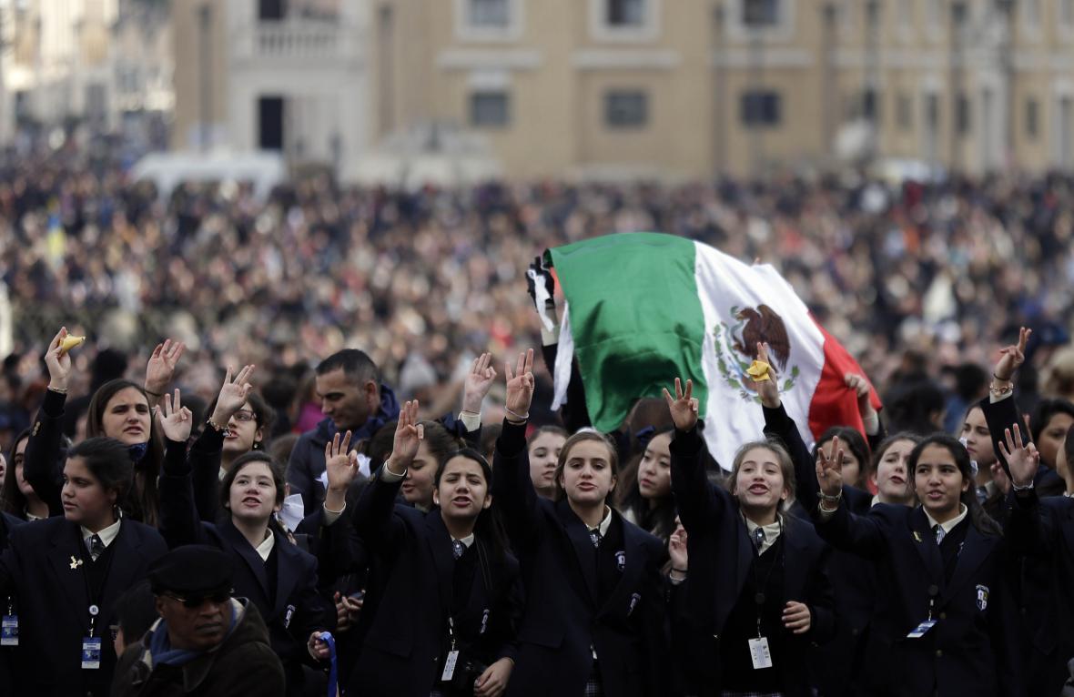 Lidé přihlížejí papežovu poselství Urbi et Orbi