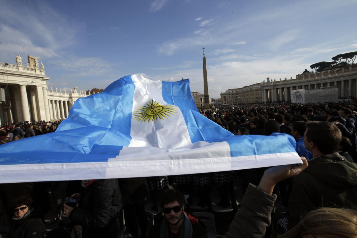 Lidé drží argentinskou vlajku během papežova poselství Urbi et Orbi