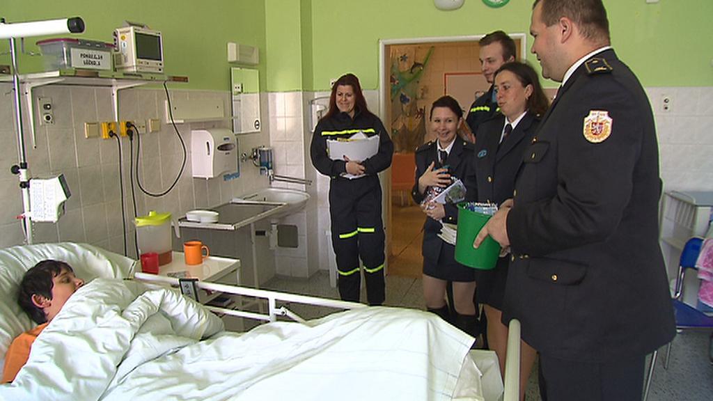 Dobrovolní hasiči navštívili děti v nemocnici