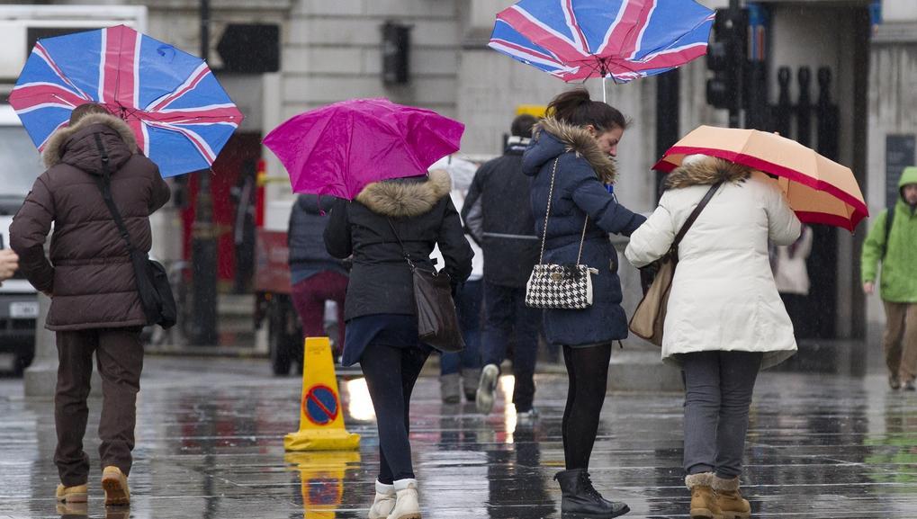 Londýňané čelí silnému větru v centru města