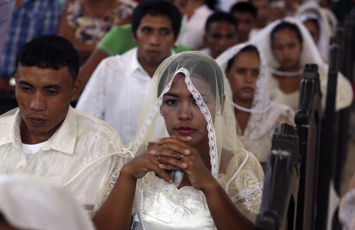 Radostná událost na smutném místě: svatba několika párů ve filipínském Palu, zničeném nedávným tajfunem