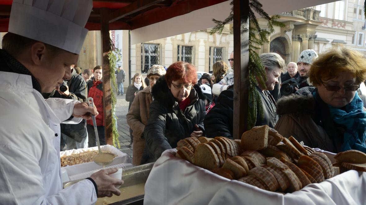 Pražský primátor Tomáš Hudeček servíroval na Staroměstském náměstí rybí polévku