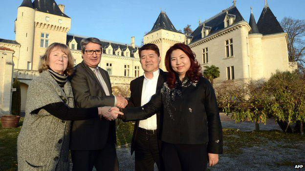 James Grégoire a Lam Kok se svými ženami