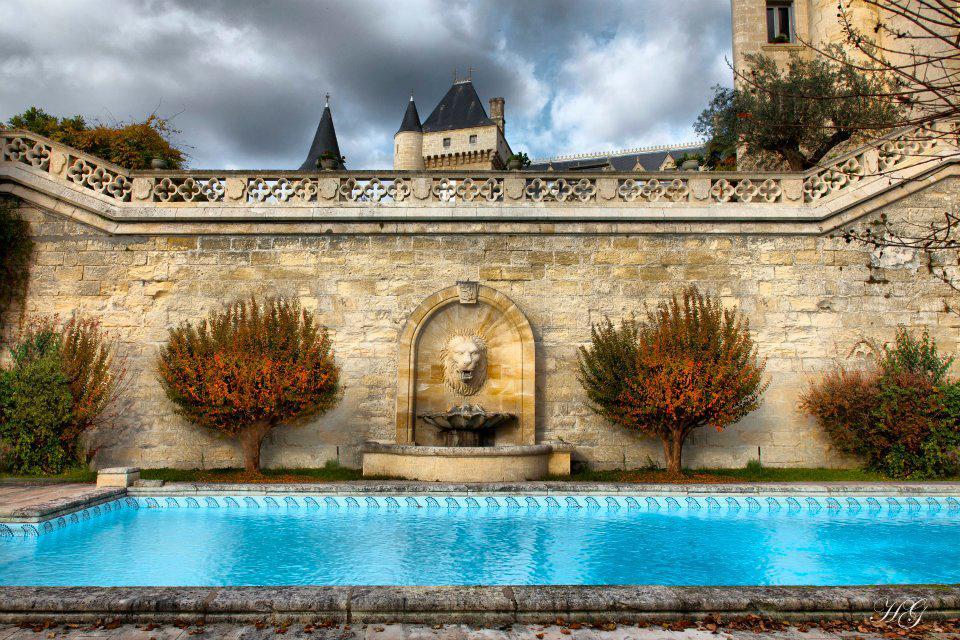 Bazén u zámku Château de la Rivière