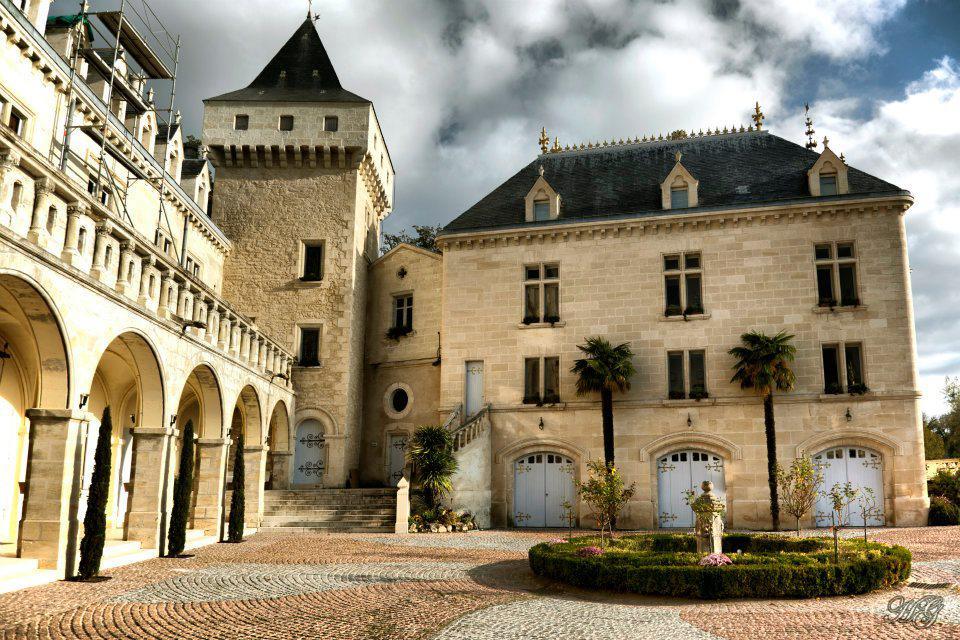 Nádvoří zámku Château de la Rivière