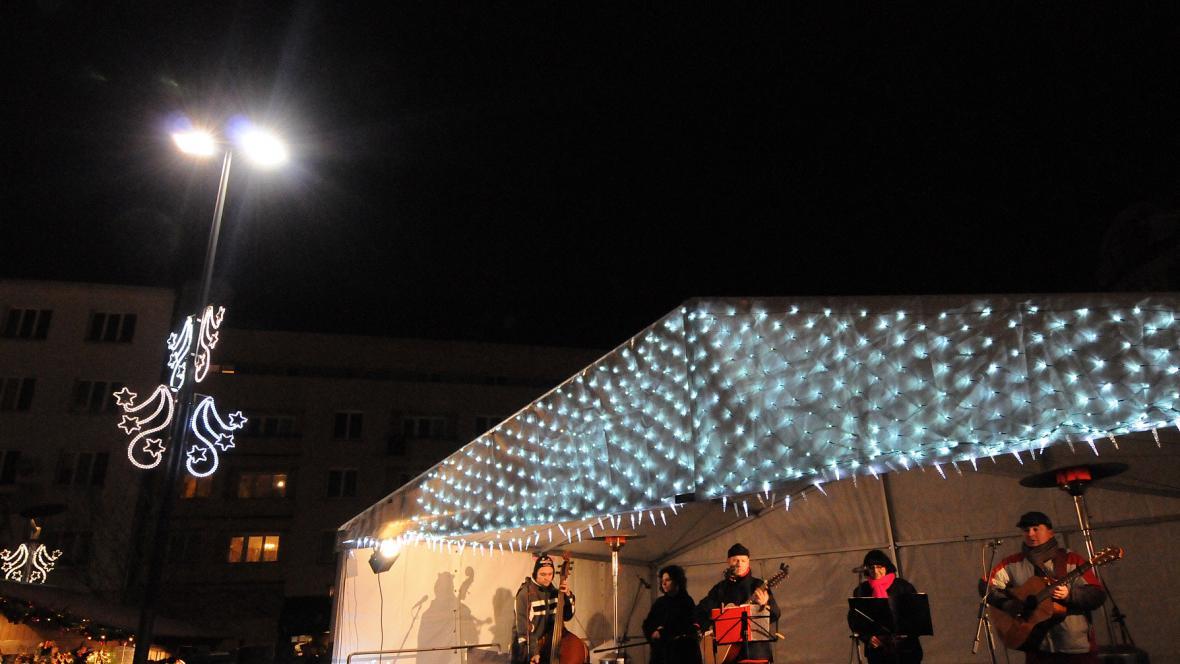 Na Masarykově náměstí je na jevišti stále živo