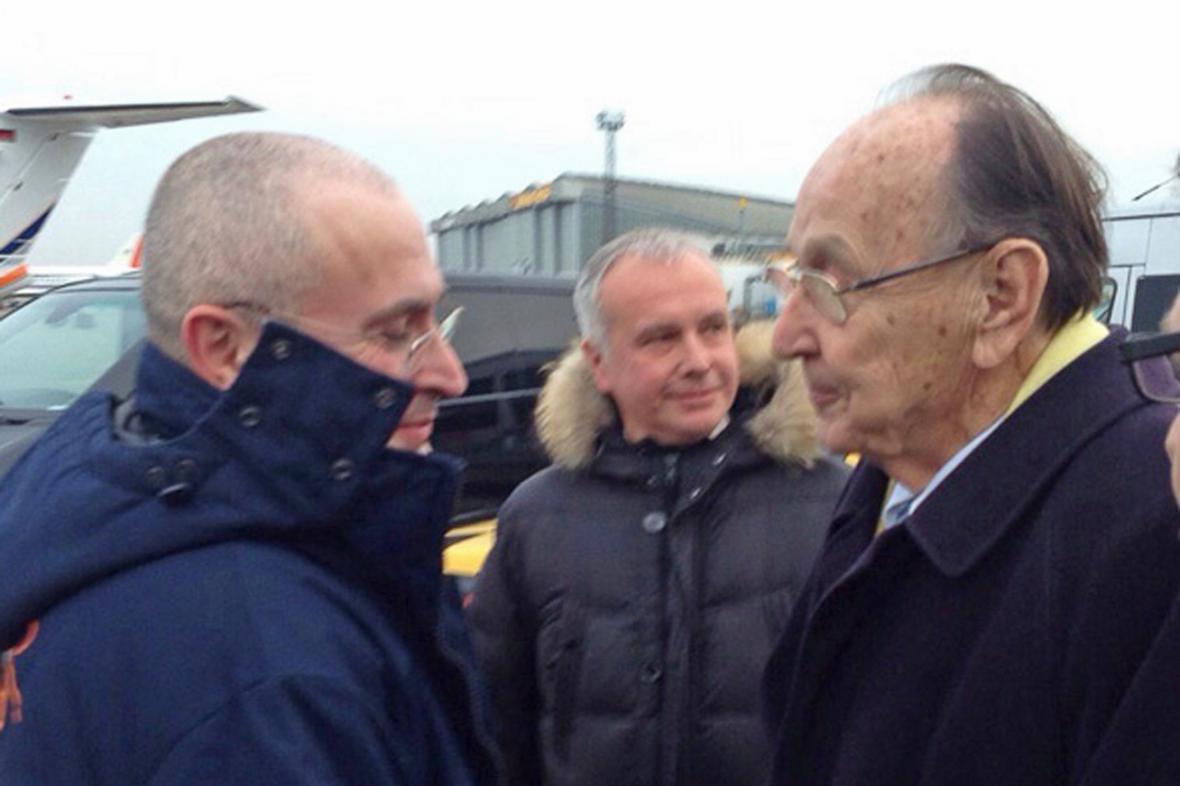 Michail Chodorkovskij a Hans-Dietrich Genscher na berlínském letišti Schönefeld