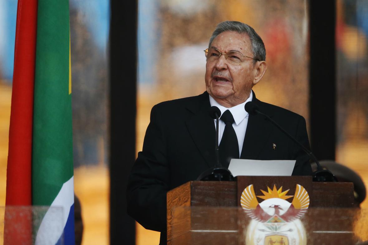 Raúl Castro hovoří při rozloučení s Nelsonem Mandelou