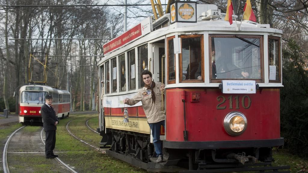 Betlémské světlo rozvážela historická tramvaj