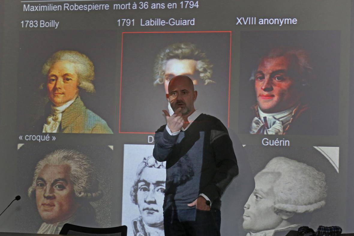Philippe Froesch se známými portréty Maximiliena Robespierra
