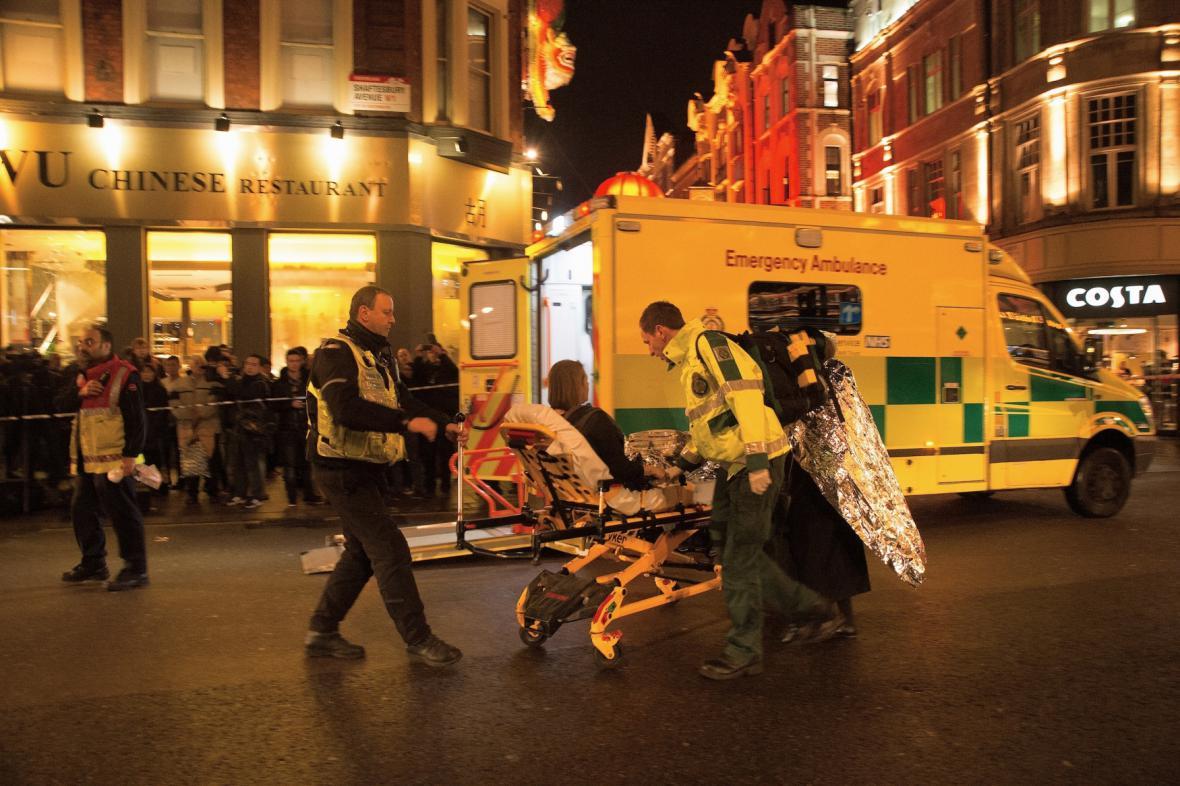 Záchranáři pomáhají zraněným po zřícení stropu v divadle Apollo