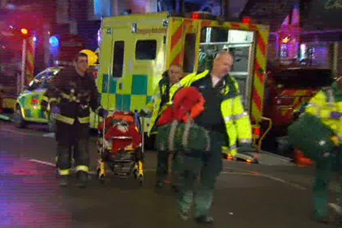 Záchranáři před londýnským divadlem Apollo