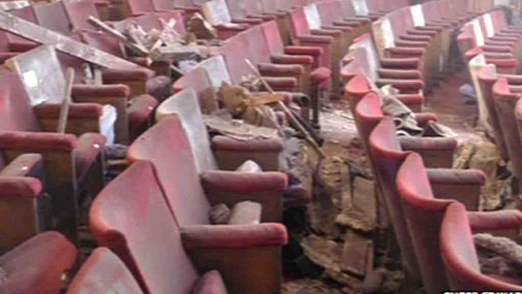 Hlediště divadla Apollo zasypané sutí