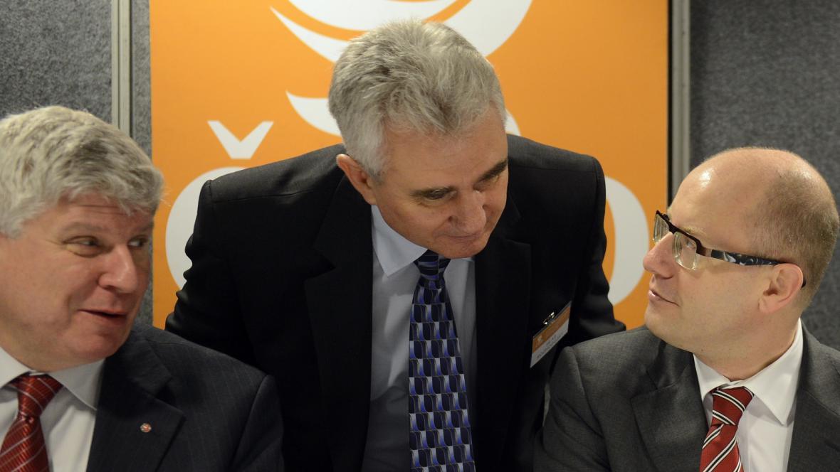Předseda ČSSD Bohuslav Sobotka (vpravo), předseda Senátu Milan Štěch a místopředseda ČSSD Martin Starec (vlevo)
