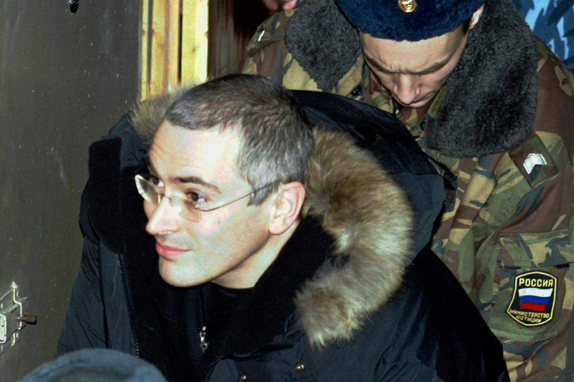Michail Chodorkovskij eskortovaný policií v prosinci 2003