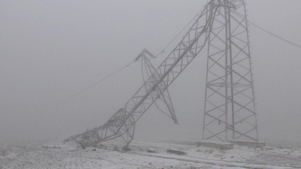 Prasklý sloup elektrického vedení