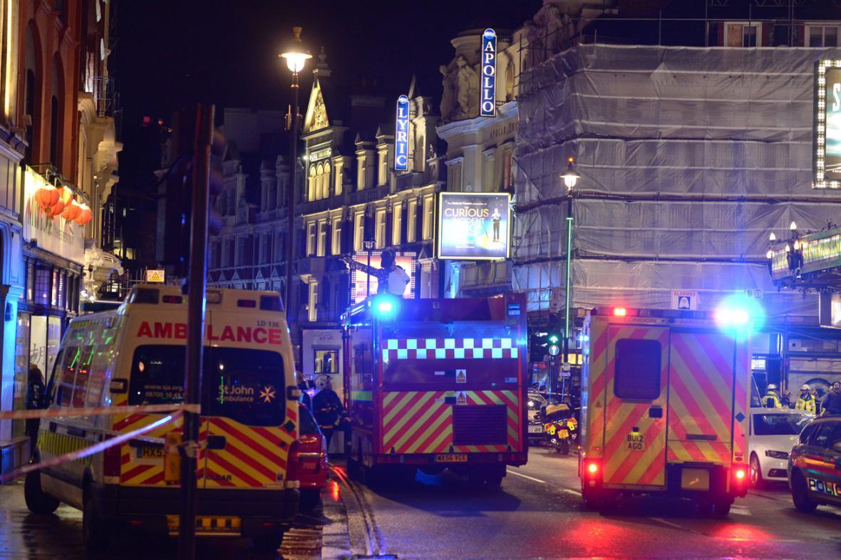 Záchranáři vyprošťují zraněné v divadle Apollo