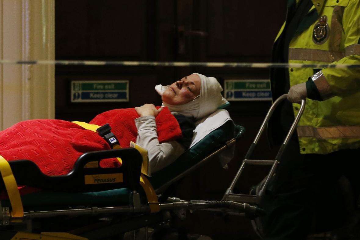 Záchranáři ošetřovali zraněné přímo před divadlem Apollo