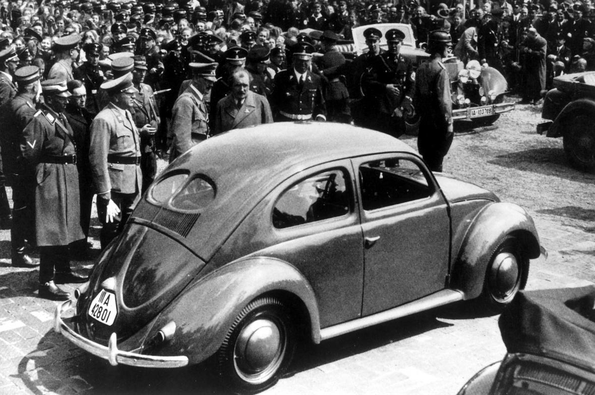 Adolf Hitler a Ferdinand Porsche (uprostřed)