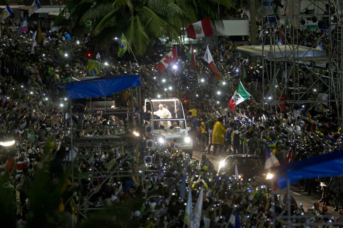 Papež František zdraví věřící na pláži Copacabana