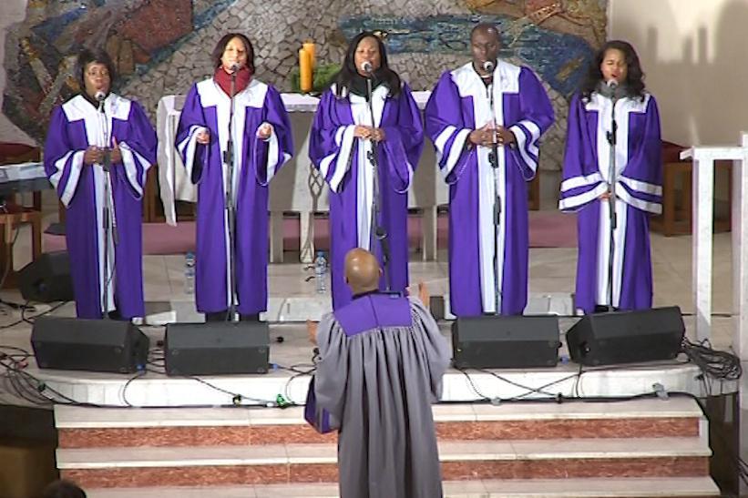 Sbor vede gospelový zpěvák Nate Brown