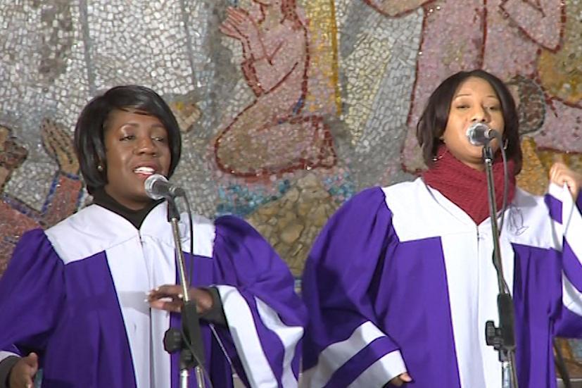 Gospeloví sólisté zpívají o bohu, modlitbách a evangeliích