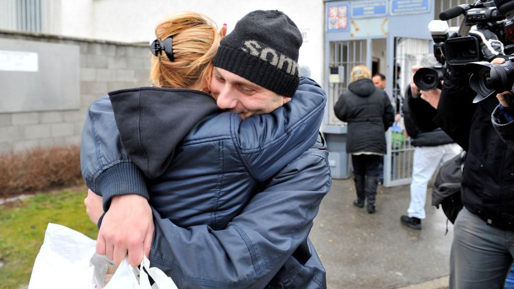 Amnestovaný vězeň se raduje na svobodě
