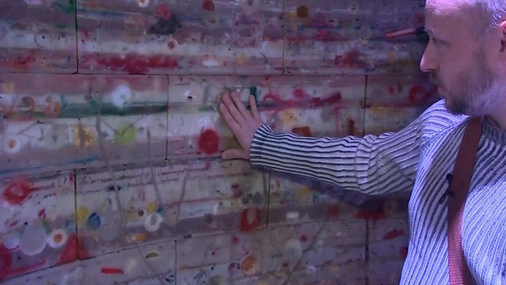 Autor Lukáš Gavlovský ukazuje zásahy vandalů